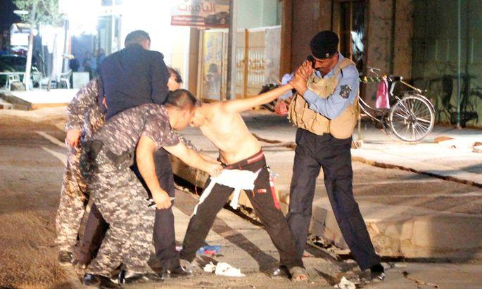 In der nordirakischen Stadt Kirkuk fiel Sicherheitsbeamten am Sonntag ein Bursche auf, der unter seinem Messi-Trikot einen Sprengstoffgürtel trug.