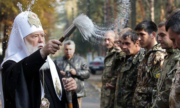 Kirche und Armee: Der ukrainische Patriarch Filaret bei der Segnung von Soldaten der Nationalgarde