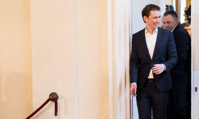 ÖVP-Kanzler Kurz und SPÖ-Landeshauptmann Doskozil gehen in der Frage, wie man mit potenziell gefährlichen Menschen umgehen soll, getrennte Wege.