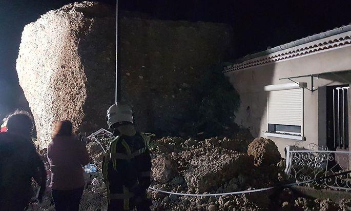 Ein Fels landete im Eingangsbereich eines Hauses.