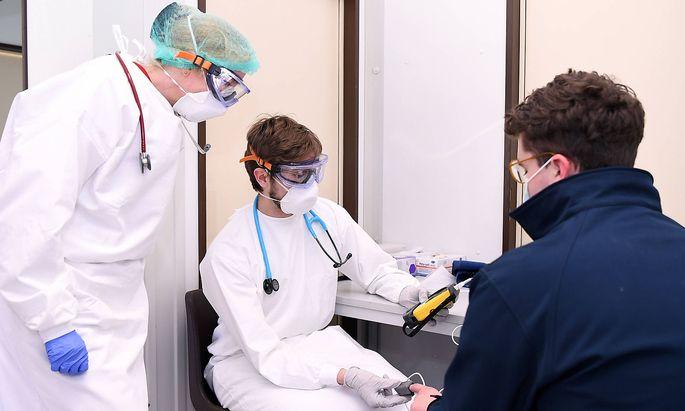 Falls es im Gesundheitssystem zu Personalmangel kommt, könnten Medizinstudenten einspringen. Bei der Hotline 1450 und beim Ärztefunkdienst kommen bereits Freiwillige Studierende zum Einsatz.