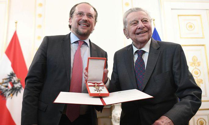 """Außenminister Alexander Schallenberg mit seinem """"Jugendhelden"""" Hugo Portisch (r.)."""