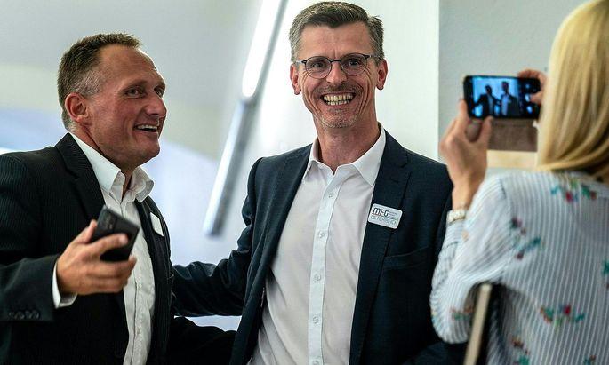 MFG-Spitzenkandidat Joachim Aigner (rechts) und Gerhard Pöttler, Finanzreferent der Partei, feiern den Einzug in den Landtag.