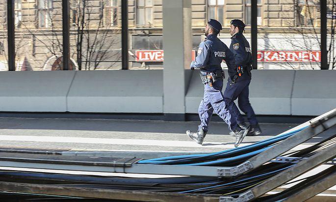 Archivbild: Polizeibeamte in der U6-Station Thaliastraße