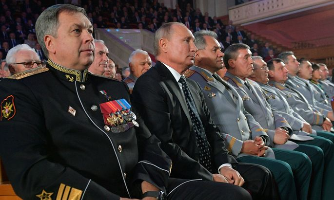 Hochdekoriertes Publikum mit Präsident Wladimir Putin (2. v. l.). Die Anwesenden feierten das 100-jährige Bestehen des russischen Militärgeheimdienstes.