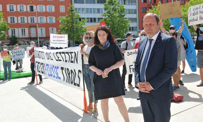 Ingrid Felipe (Grüne) und Josef Geisler (ÖVP) bei der Übergabe einer Petition gegen das Wasserkraftwerk Tumpen-Habichen. Die