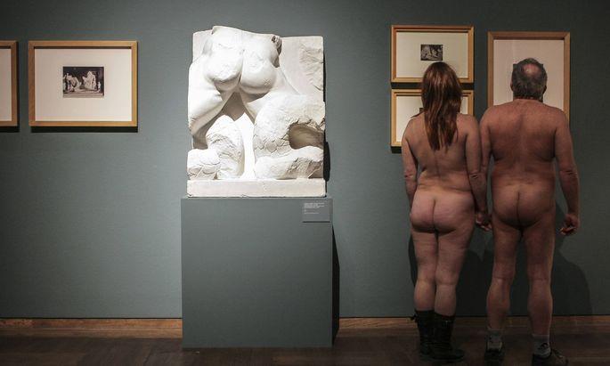 Nackte Kunstbetrachter gab es auch schon in Wien: 2013 im Leopold Museum.