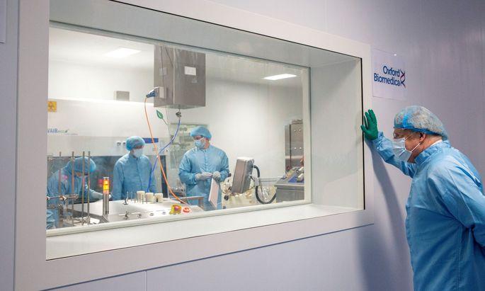 Premier Johnson macht sich ein Bild von der Produktion des Impfstoffs von AstraZeneca, der in der EU auf Zulassung wartet.
