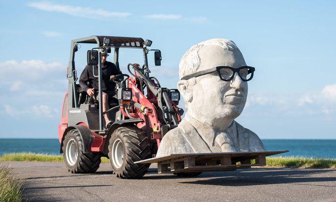 """CSU-Minister Dobrindt steht im Dieselskandal unter Druck. Und im Norden halten ihn Gegner des Fehmarnbelttunnels für einen """"Betonkopf""""."""