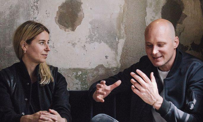 Kreativdirektorin Almut Becvar mit Franz Riebenbauer im neuen 220 Grad-Café.
