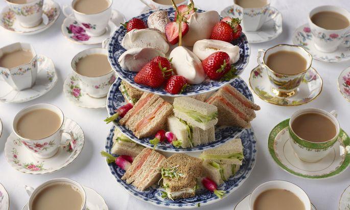 Gurken-Sandwiches, Schwarztee mit Milch und Clotted Cream gibt es beim Afternoon Tea.