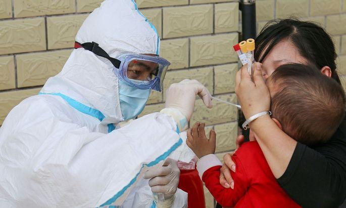Die Gurgelmethode soll vor allem bei Kindern die Probenentnahme mit einem Wattestäbchen ersetzen (Symbolbild, aufgenommen in China).