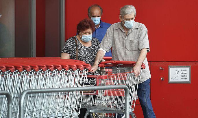 In Supermärkten mus seit einer Woche wieder ein Mund-Nasen-Schutz getragen werden - in den meisten anderen Handelsbranchen aber nicht.