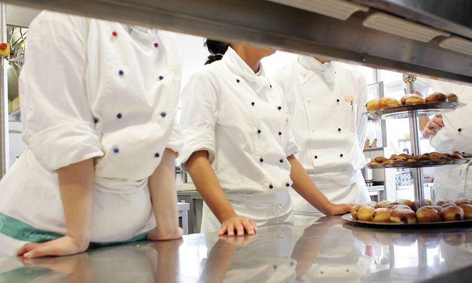 Azubi zum Koch im Ausbildunsgzentrum Wedding Berlin Deutschland Young cooks at a training cent