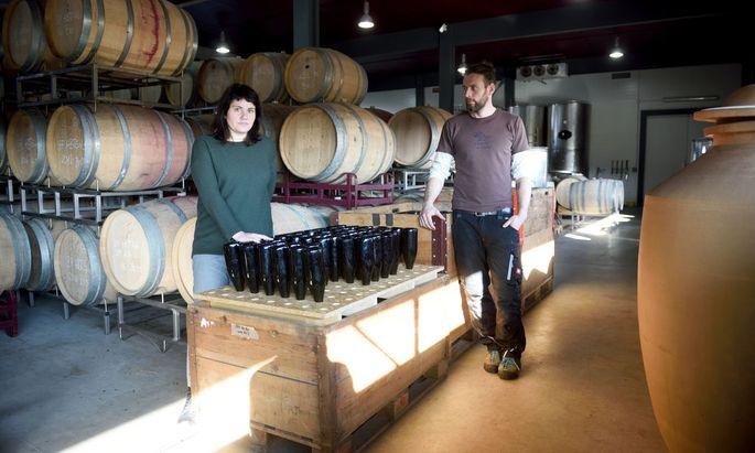 Für Judith Beck und Ulrich Leitner ist Pet Nat eine interessante Spielwiese, bei der sich die Reben selbst entwickeln können. Sie produzieren hauptsächlich Rotwein, aber eben auch Pet Nat und Null-Dosage-Schaumwein.
