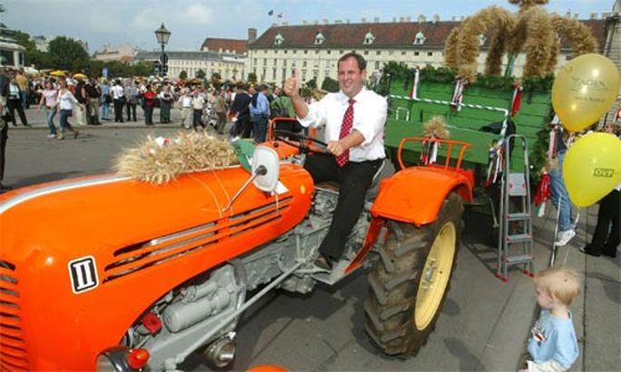 80 Prozent der Agrarförderung gehen an die (Raiffeisen-dominierte) Lebensmittelindustrie, an große Gutshöfe und an Polit-''Nebenerwerbsbauern'' à la Gebrüder Scheuch.