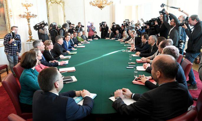 Erstmals ist beim Ministerrat nicht nur der Tisch grün: Bundeskanzler Sebastian Kurz und sein Vizekanzler Werner Kogler trafen sich am Dienstag mit ihren Teams zur Regierungssitzung.