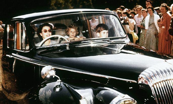 So jung, so flott, so unnahbar: Queen Elizabeth II., hier mit ihren Kindern Anne und Charles, war immer eine begeisterte Autofahrerin.