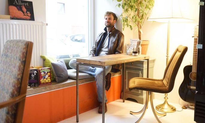 Lukas Schiemer im Naturkostladen Liola in der Brigittenau, wo er gern in der Ecke sitzt.