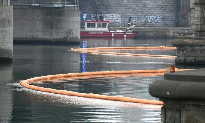 Eine Ölsperre unterhalb der Floridsdorfer Brücke.