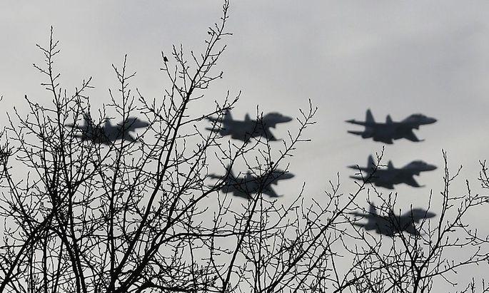 Archivbild: Russische Jets bei einer Übung bei Krasnojarsk
