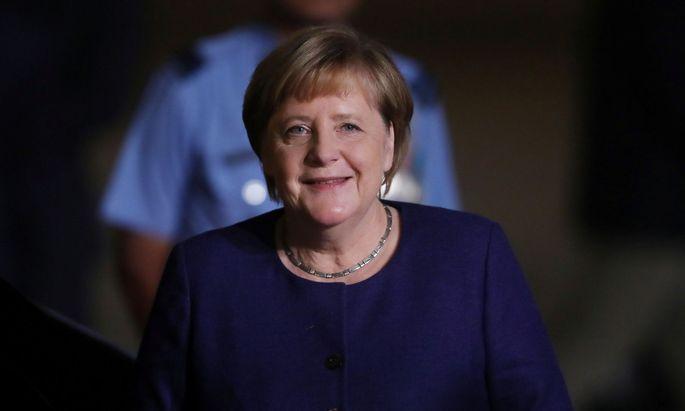 Die deutsche Kanzlerin, Angela Merkel, will den Verkehr mit Kaufprämien für Elektroautos und mehr Ladestellen sauberer machen.