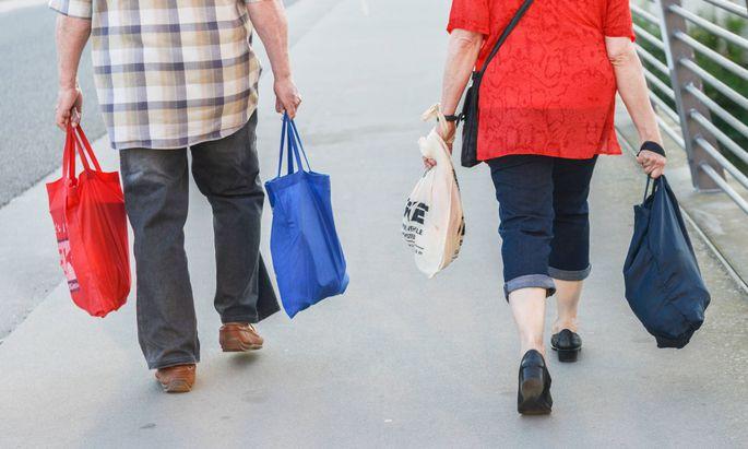 Mann und Frau mit Taschen