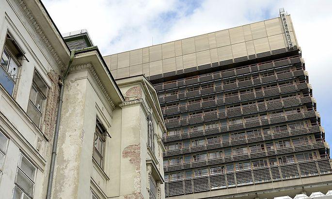 Archivbild: Die Fassade eines Institutsgebäudes am Gelände des AKH