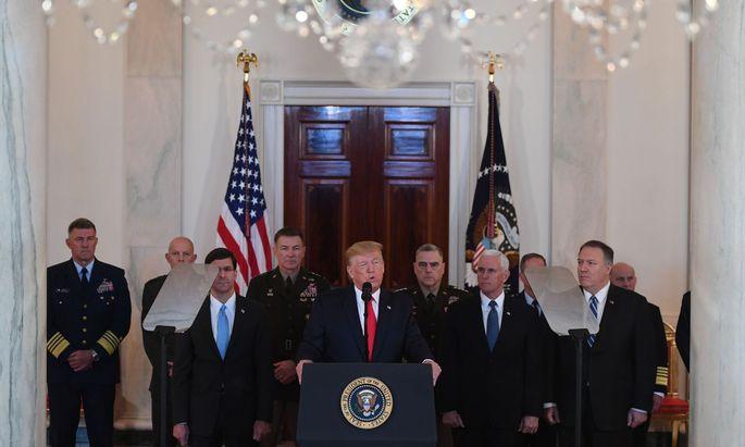 Trump, wichtige Minister sowie die Führung des US-Militärs traten in einem getragenen Auftritt vor die Presse.