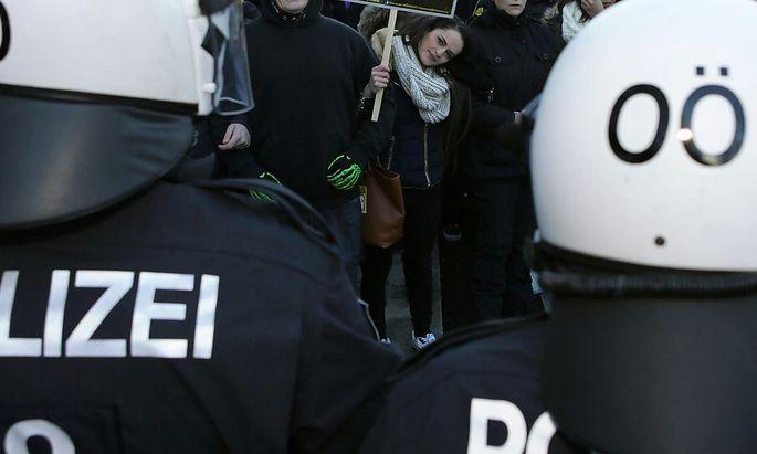 Archivbild: Proteste gegen eine Pegida-Kundgebung in Linz im Jahr 2015