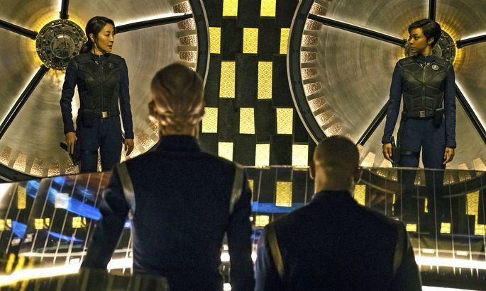 Noch leben alle. Aber Captain Georgiou (Michelle Yeoh, li.) stirbt schon in Episode zwei. Ihr Erster Offizier, Michael Burnham (Sonequa Martin-Green, re.) ist daran nicht ganz unschuldig und bekommt Wickel.