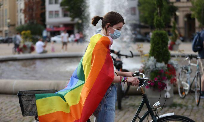 Symbolbild: Eine Frau mit Regenbogenfahne