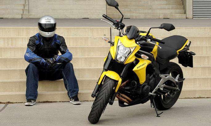 Ein Motorradfahrer und seine Mitfahrerin kamen wegen Verunreinigungen der Straße schwer zu Sturz.