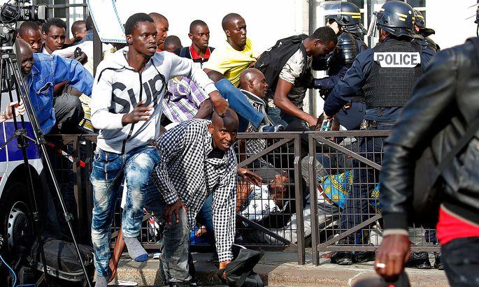 Nach der Räumung des Pantheon kam es im Freien zu Auseinandersetzungen zwischen Migranten und Polizei.