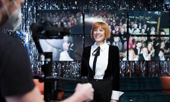Pia Hierzegger führt als Moderatorin durch die bewusst trashige Infotainment-Show.