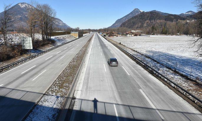 Bayern öffnet nun doch Schlupflöcher: So leer wie am Sonntag bei Kiefersfelden werden die Straßen nach Bayern nicht bleiben.