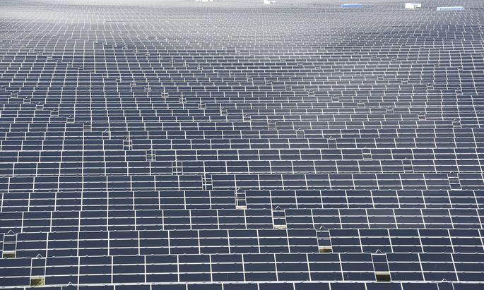 Die gr��te Fl�che des Flughafens ist heute mit Solarzellen bebaut wo der Stromerzeuger Juwi seinen