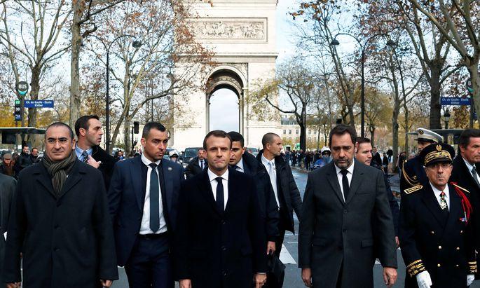 Präsident Macron und Innenminister Castaner (re.) begutachten die Schäden.