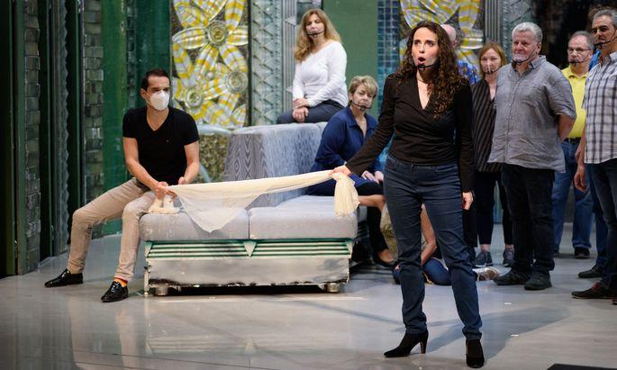 """Mit Maske und Schild: Alexandre Beuchat, Rebecca Nelsen und Chor proben die """"Lustige Witwe""""."""