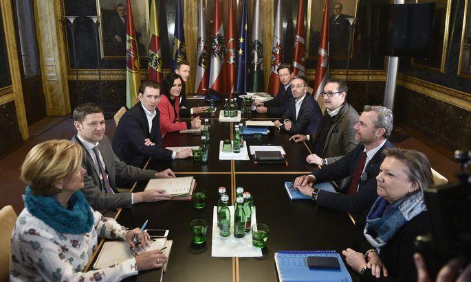 Am Freitag trafen die Chefverhandler um Sebastian Kurz (ÖVP) und Heinz-Christian Strache (FPÖ) aufeinander – und sichteten die Berichte der Fachgruppen.