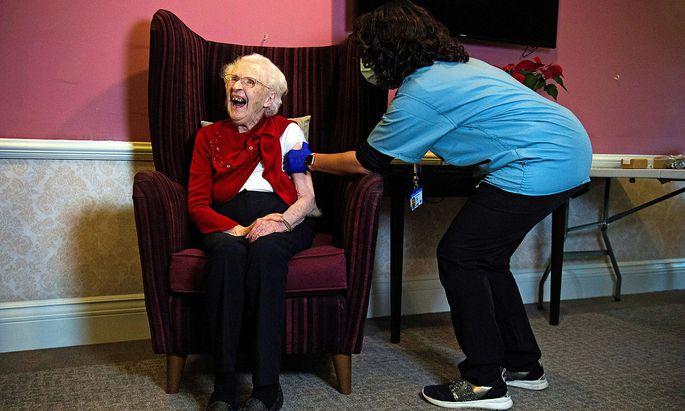 Die 100 Jahre alte Ellen Prosser erhält den Oxford/Astrazeneca-Impfstoff in einem Altersheim in Sidcup im südosten von London.