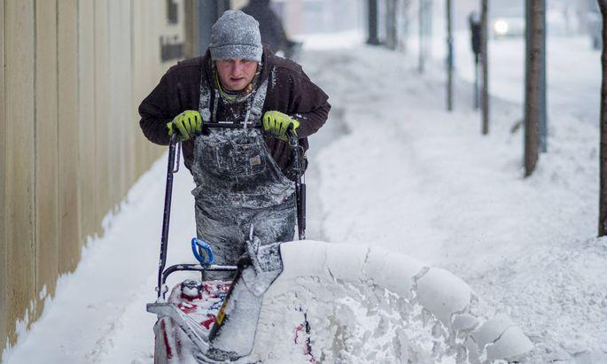 Hauseigentümer sind verpflichtet, Gehsteige und Gehwege im Winter verkehrssicher zu machen.