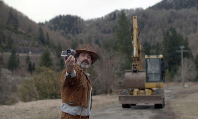 Georges (Jean Dujardin) filmt seine Heldentaten mit dem Camcorder.