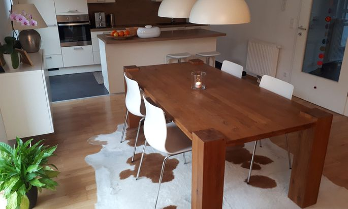 Aufgeräumtes Heim: Home-Office im Obergeschoß, Küchen-Wohnbereich unten.