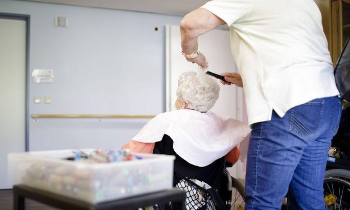 Aktuell sind in Österreich rund 127.000 Menschen sind in der Pflege tätig