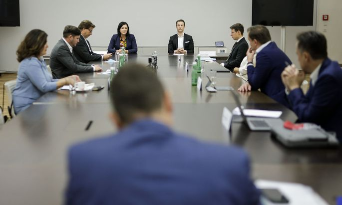 EU-Vertreter Selmayr (mit dem Rücken zur Kamera) bei der Debatte mit den Ministern Köstinger und Blümel sowie Unternehmern.