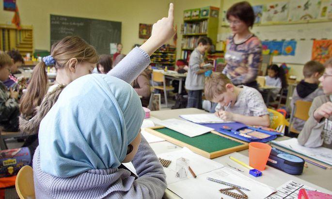 Schueler in einem Klassenzimmer in einer Maria Montessori Grunschule in Berlin Tempelhof 27 03 200