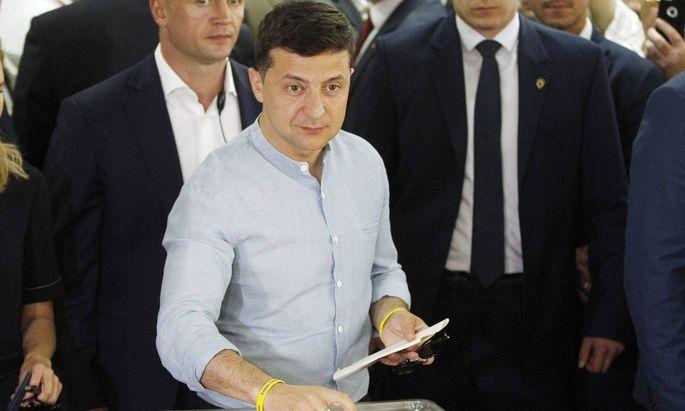 Selenskij wirft den Briefumschlag in die Wahlurne