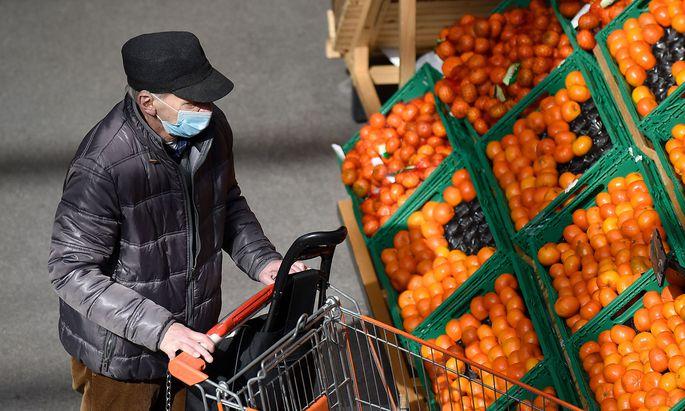 Die Rückkehr der Maskenpflicht unter anderem in Supermärkten ist in erster Linie eine subtile Botschaft an ältere Menschen. Im Bild eine Aufnahme aus dem April in einem Wiener Supermarkt.