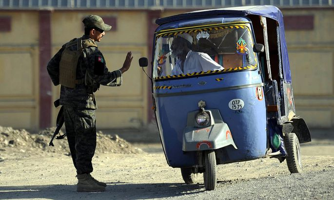 Jalalabad, Oktober 2015. Straßenkontrollen wie diese sind für afghanische Polizisten und Soldaten oft lukrative Einnahmequellen. Das stärkt die Taliban.